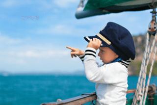 Funnylittlebabycaptainonboardofsailingyachtwatchingoffshoreseaonsummercruise.Traveladventureyachtingwithchildonfamilyvacation.Kidclothinginsailorstyle.png